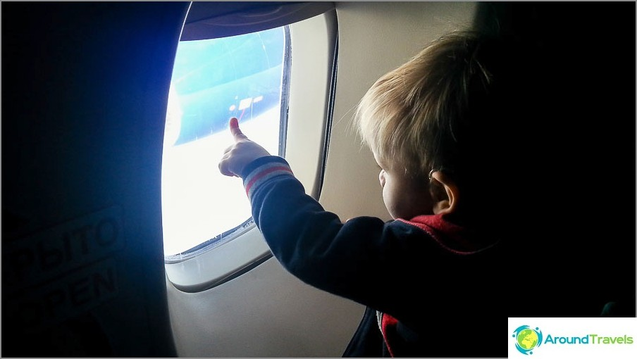 Yksi tapa viihdyttää lasta lentokoneessa