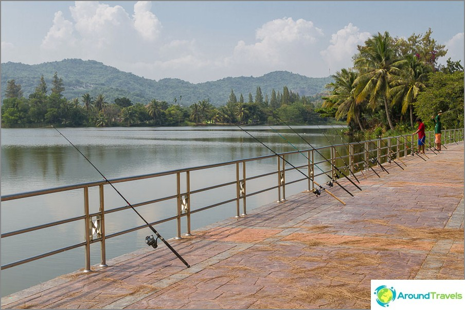 Khao Tao -vuoren lähellä on järvi, jossa kalastus on suosittua.