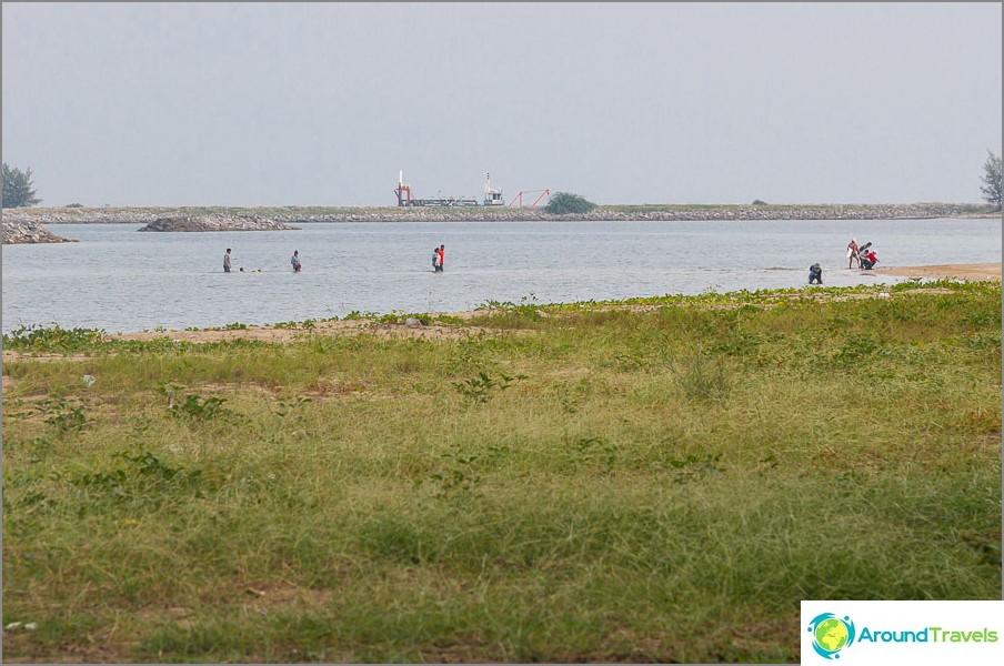 Hieno ja monet paikalliset kävelevät keinotekoisille saarille