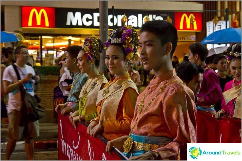 Loy Kratong- ja Yipeng-festivaalit (6)