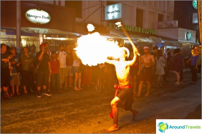 Loy Kratong- ja Yipeng-festivaalit (14)