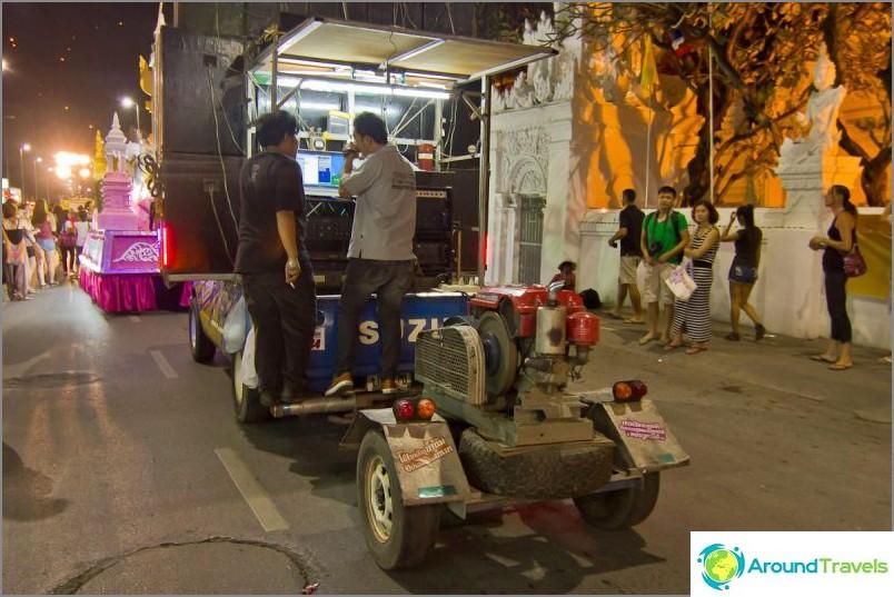 Loy Kratong- ja Yipeng-festivaalit (17)