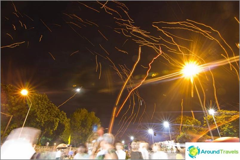 Loy Kratong- ja Yipeng-festivaalit (18)