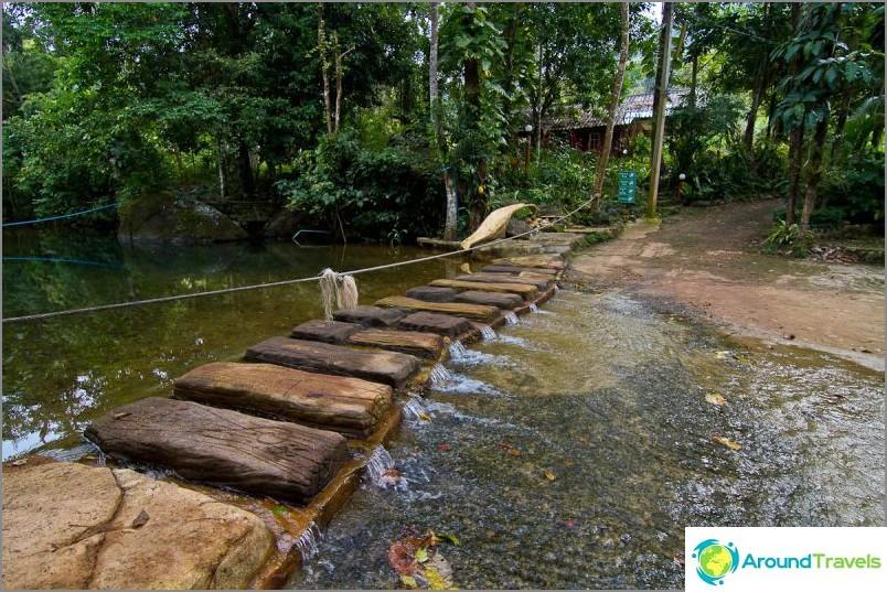 Kun sadetta ei ole, joki ylittää rauhallisesti, takana lipputoimisto