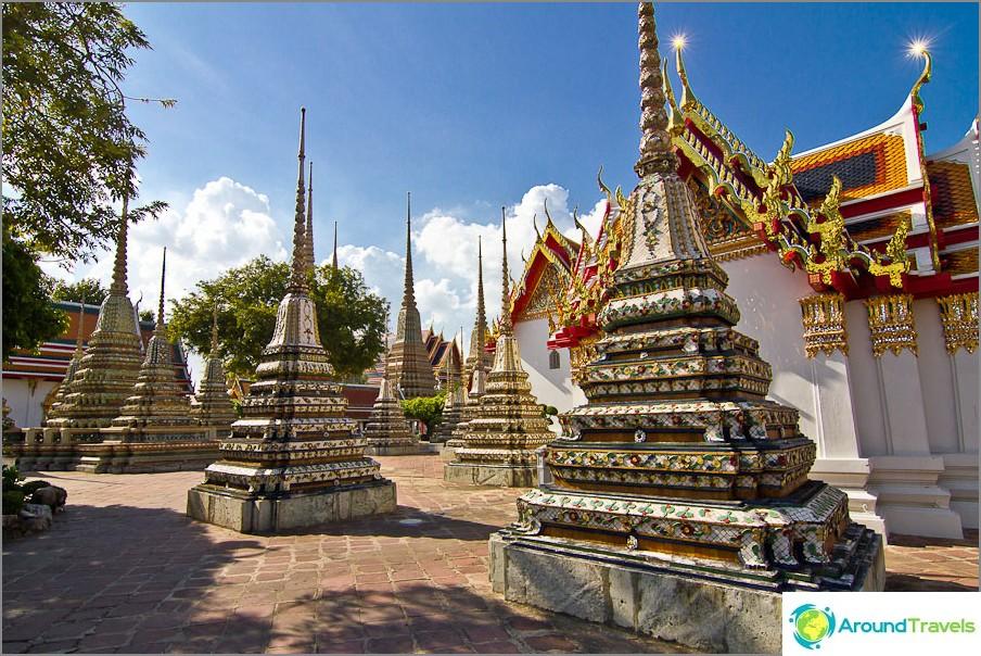 Stupas loistavien kattojen taustalla