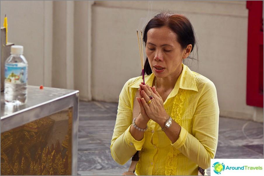 Läpinäkyvästi rukoileva, todellinen ja tunteellinen