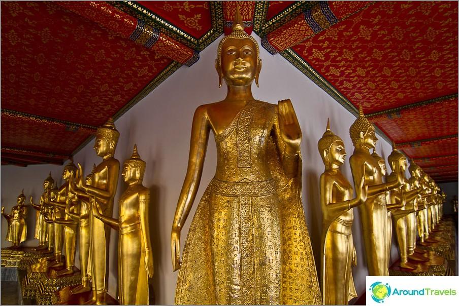 Buddhapatsaat yhdessä hänen poseeraaan