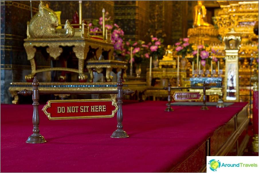 Vain munkit voivat istua temppelin jalkakäytävällä