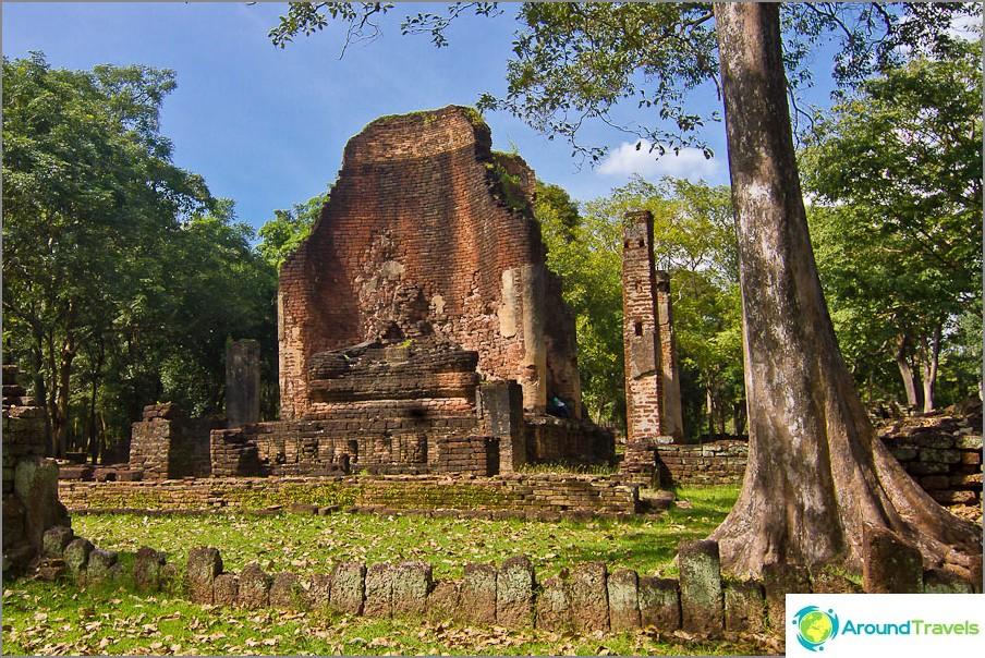 Wat Si Iriyabotin temppelin ja Buddhaveistosten jäännökset