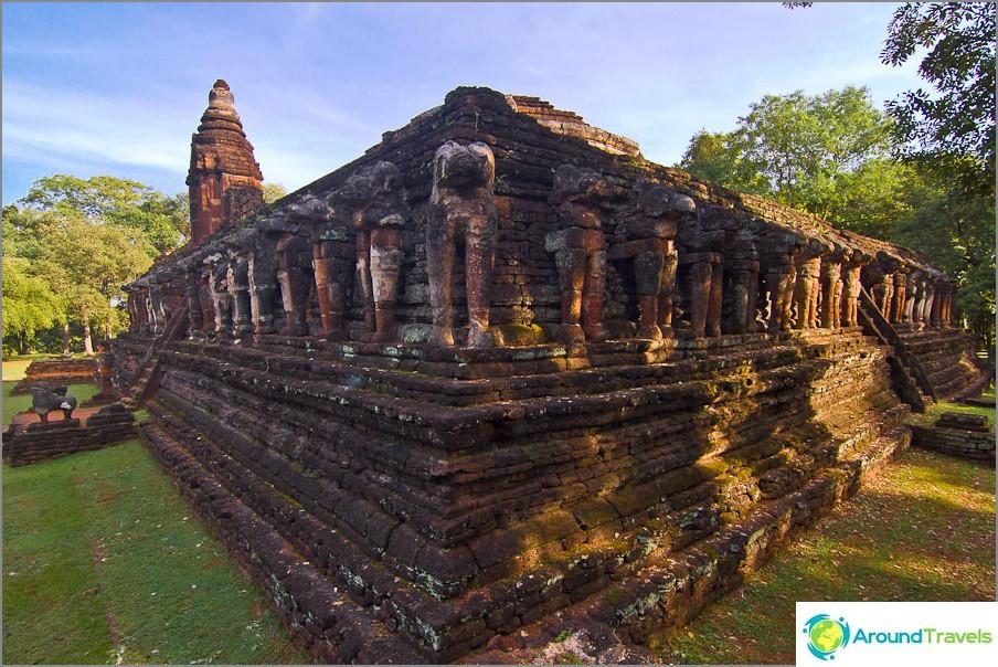 Norsujen ja temppelin jäännökset Wat Chang Rob