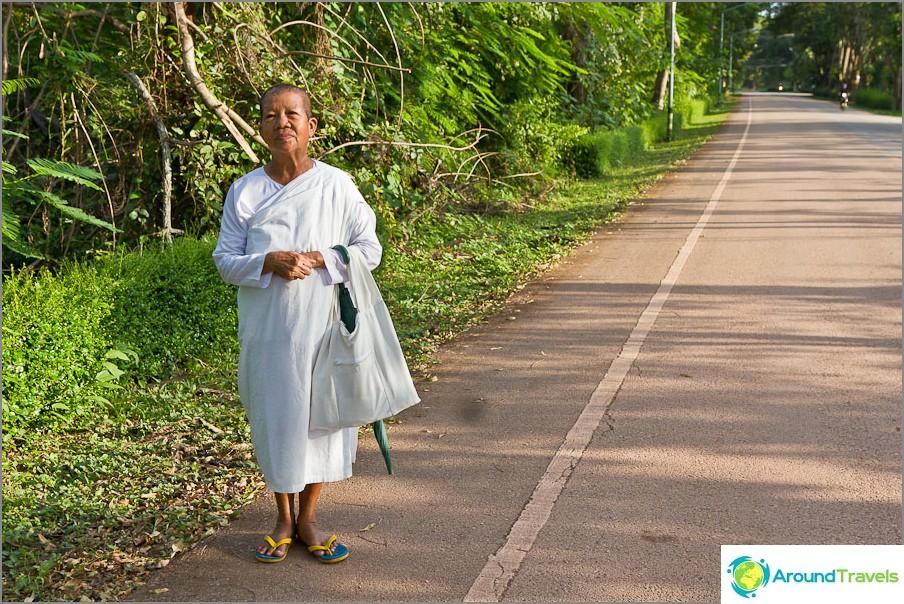 Tapasin tien päällä ikääntyneen nunnan