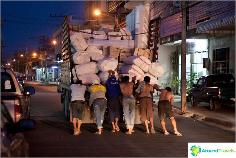 Kataem kippiauto yöllä Vang Vieng