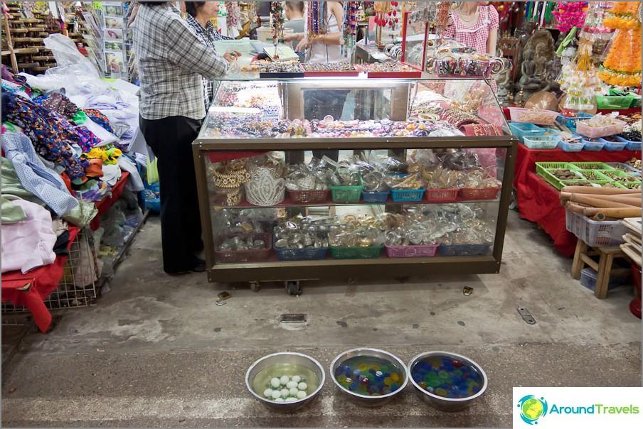 Myy vedessä väriä muuttavia palloja