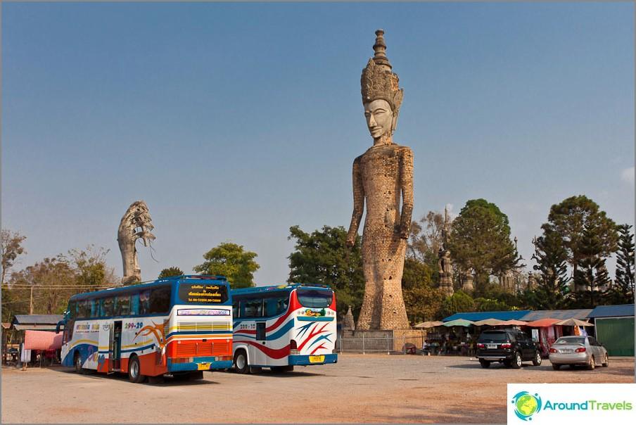 Parkkipaikka lähellä Sala Keoku -puiston buddhaa
