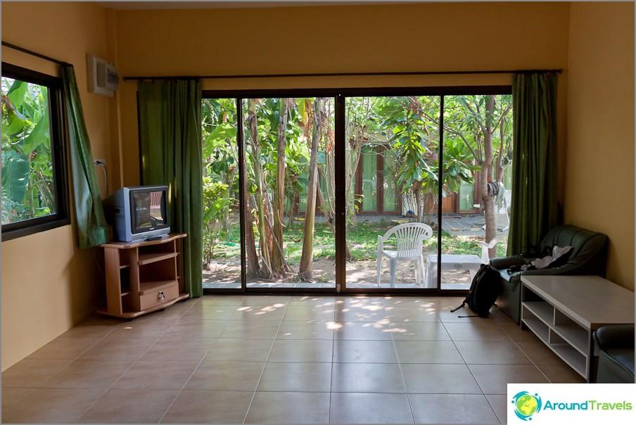 Talomme Phuketissa - näkymä lasiovista