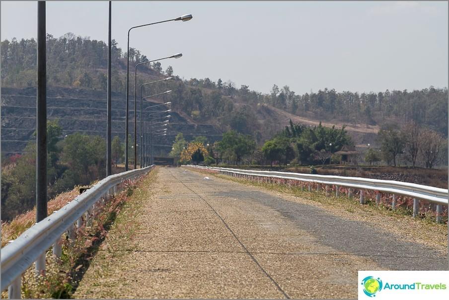 Pato ja tie, joka johtaa huvimajaan (vesi oikealla)