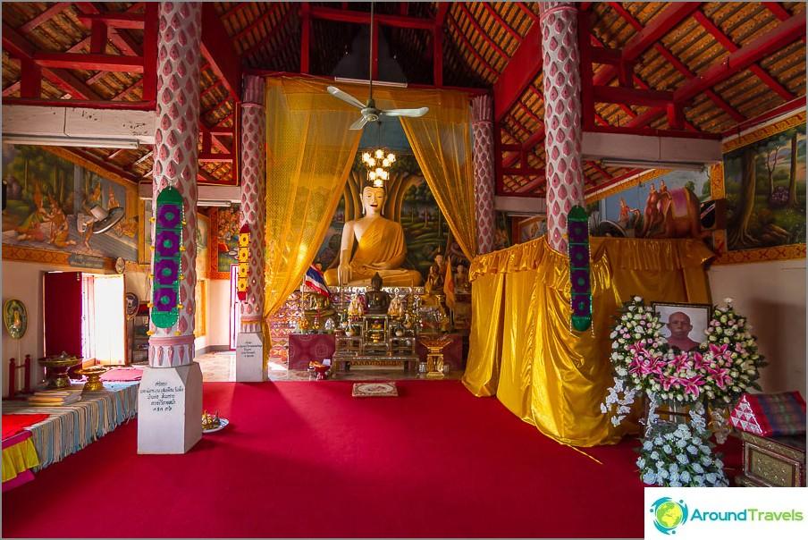 Sisällä oleva temppeli on melko tyypillinen