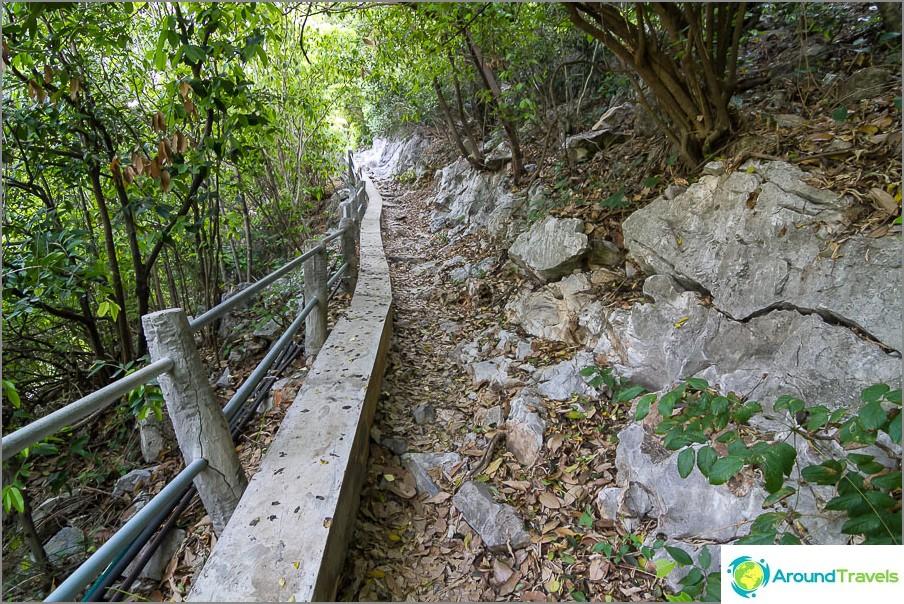 Tämä polku johtaa kallion läpi