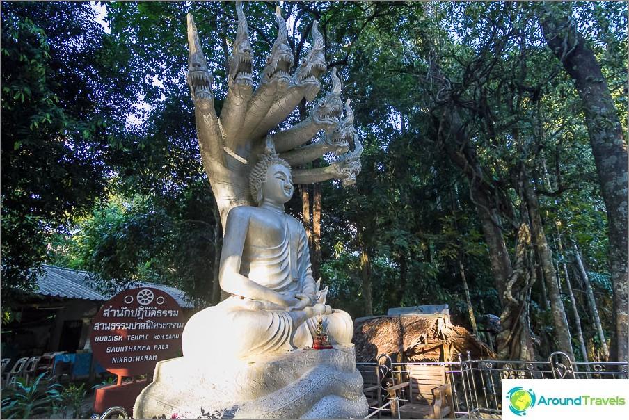 Buddhan patsas lähellä temppeliä