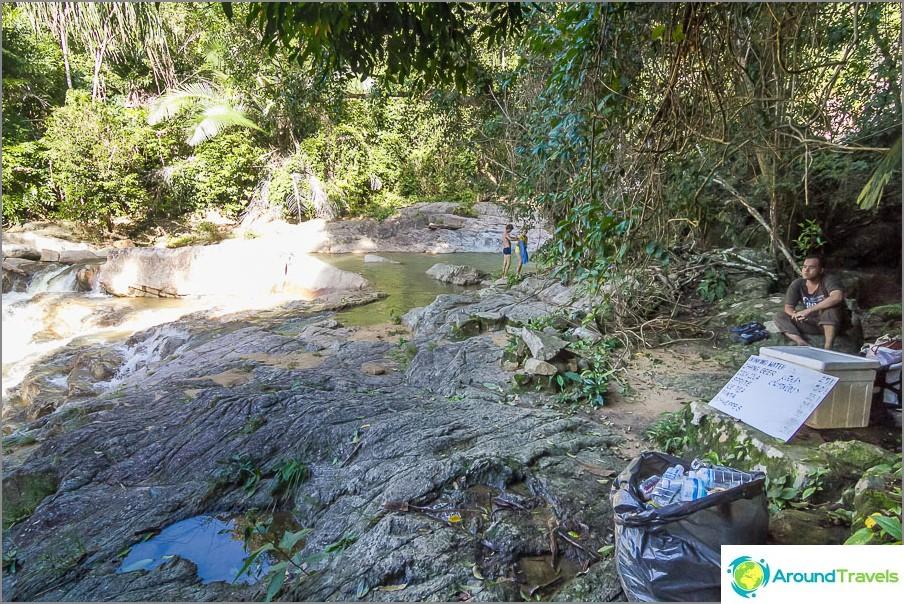 Väsyneille matkailijoille Thaimaa myy vettä