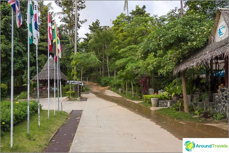 Menemme parkkipaikalta Safari Park -puiston alueelle
