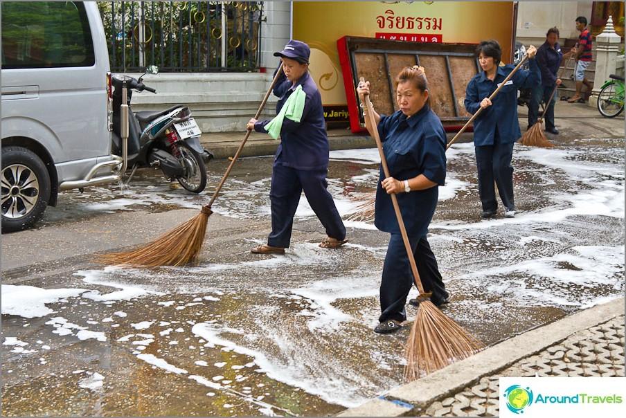 Kuninkaan syntymäpäivänä temppelin asfaltti pestiin saippualla