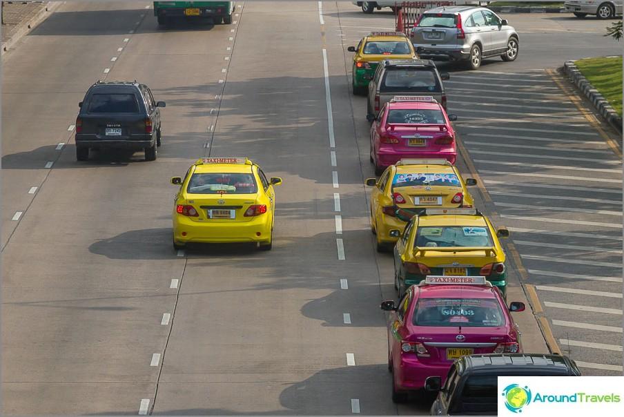 Moniväriset taksit Bangkokissa