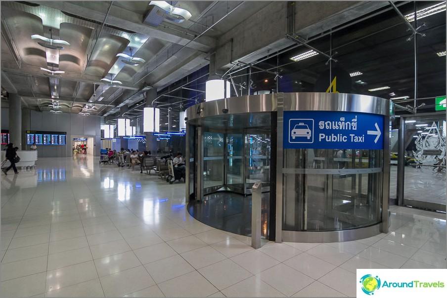 Julkinen taksi Suvarnabhumin lentokentällä
