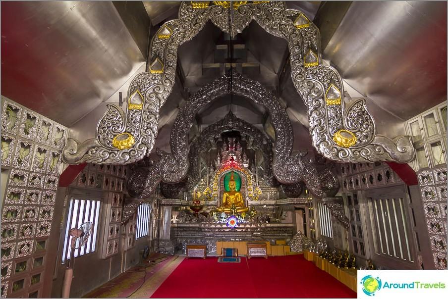 Myös temppelin sisällä kaikki on harmaata