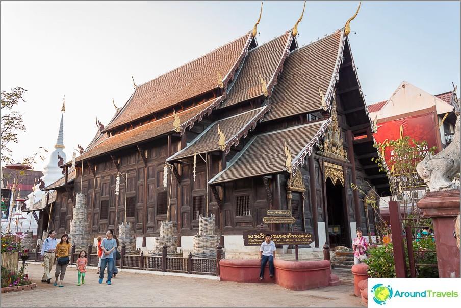 Puinen temppeli Wat Phan Tao