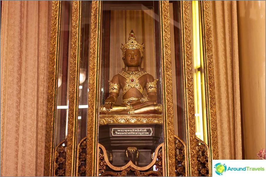 Seitsemän linnan takana on Buddhan patsas