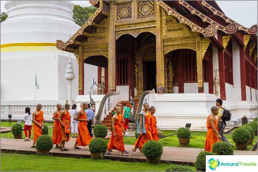 Wat Phra Singhillä on monia munkkeja