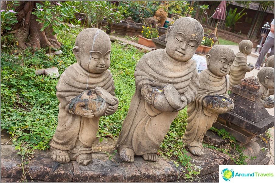 Hauskat patsaat munkkeista