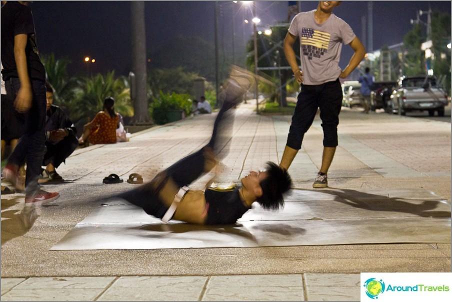 На крайбрежната алея вечер младите хора танцуват почивка