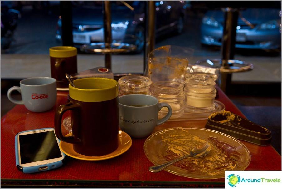 Седим в кафенето Cofee Today