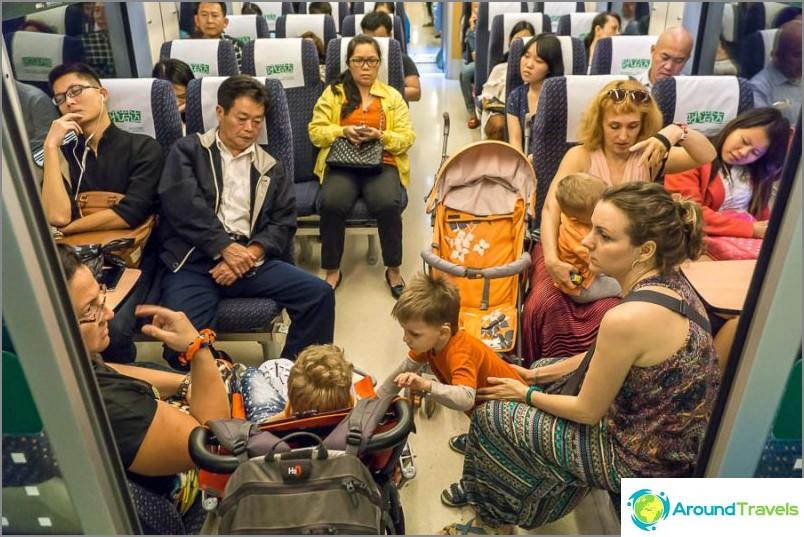 Aja junassa kiinnittäen kaikkien huomion