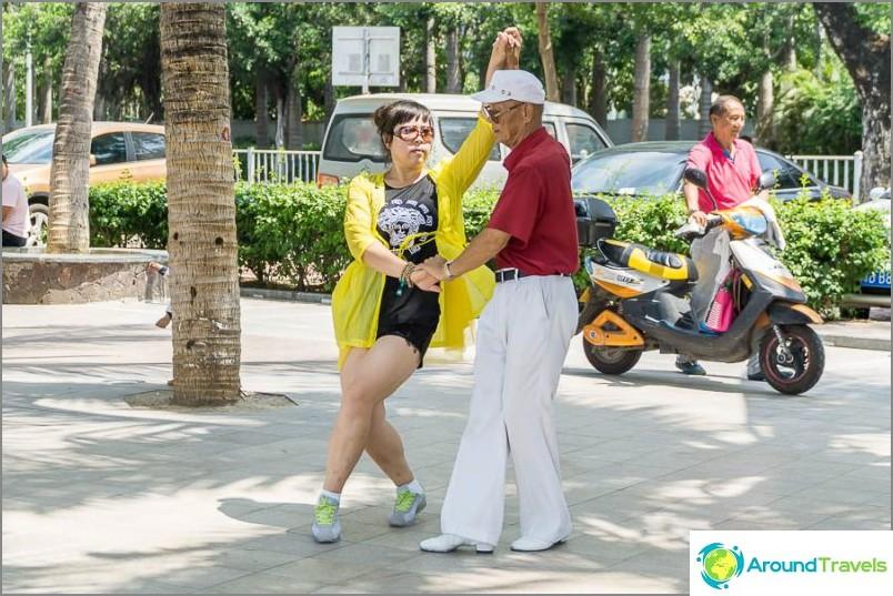 Vanhukset tanssivat