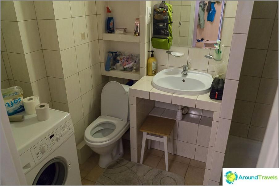Kylpyhuone, jossa pesukone ja suihkukoppi