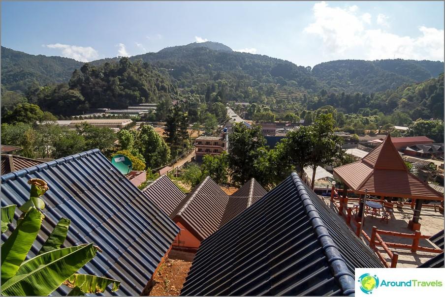 Verannasta on näkymät vuoristoon ja kylään.