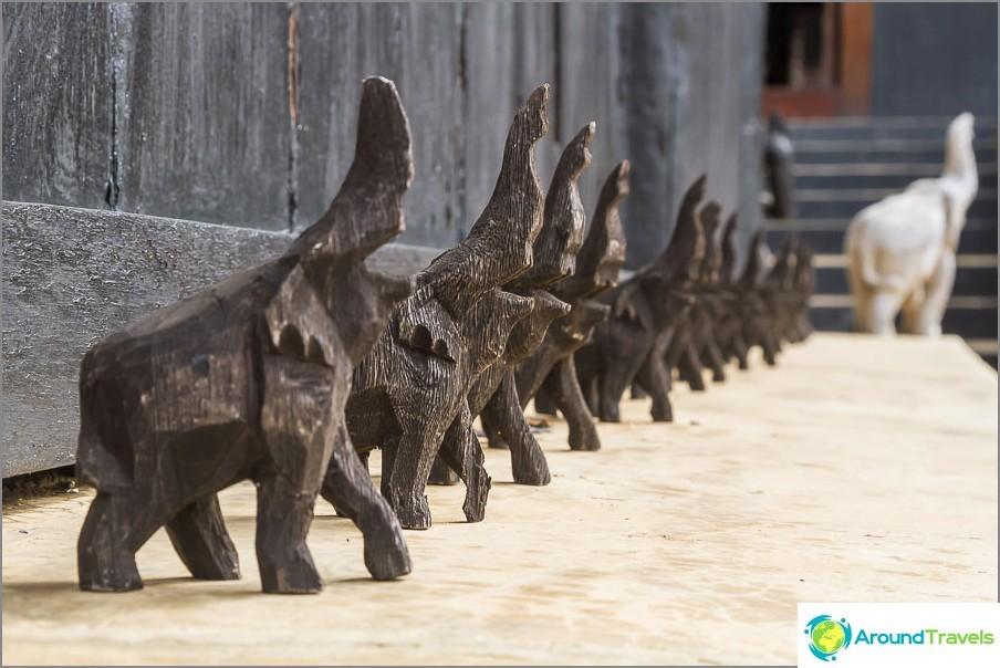 Puiset norsut sisäänkäynnillä