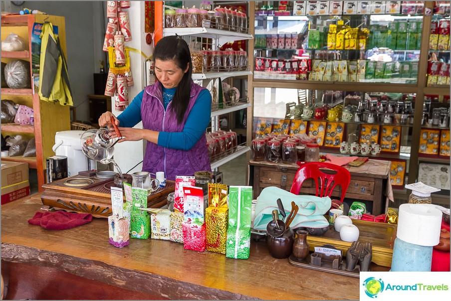 Преди да купите чай, можете да го пиете тук с часове.