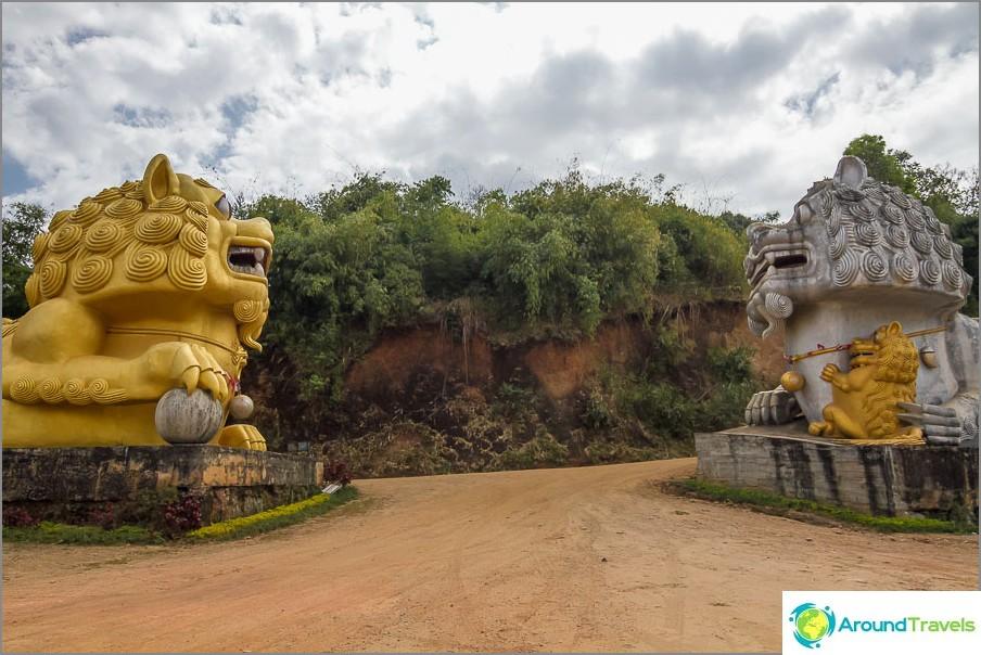 Големите лъвове охраняват входа