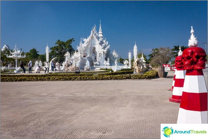 Näkymä valkoiselta temppeliltä tieltä