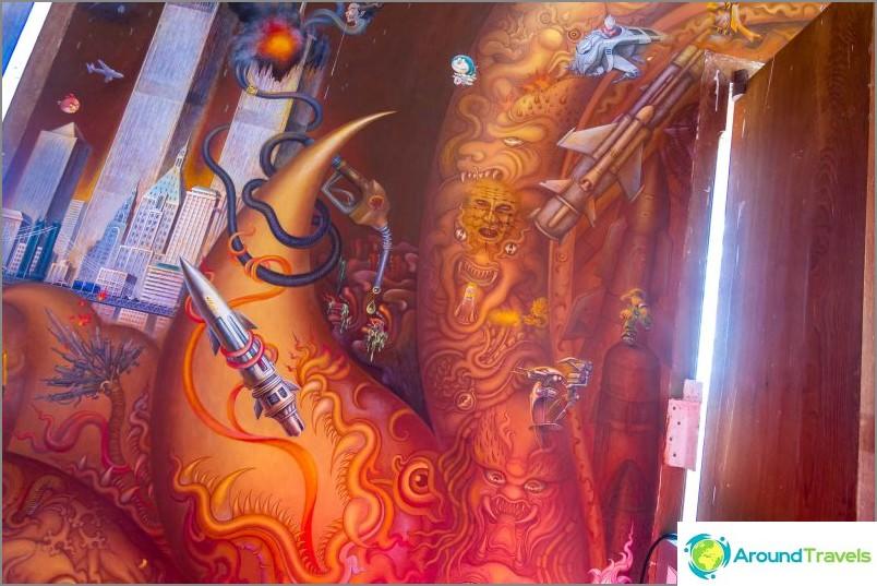 Kaikki seinät on maalattu nykyaikaisilla aiheilla.