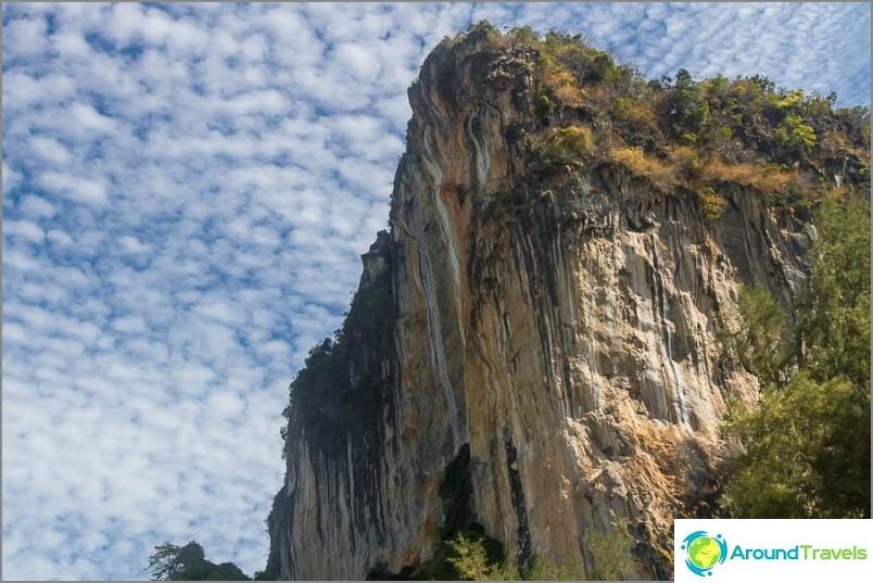 Наоколо има невероятни скали