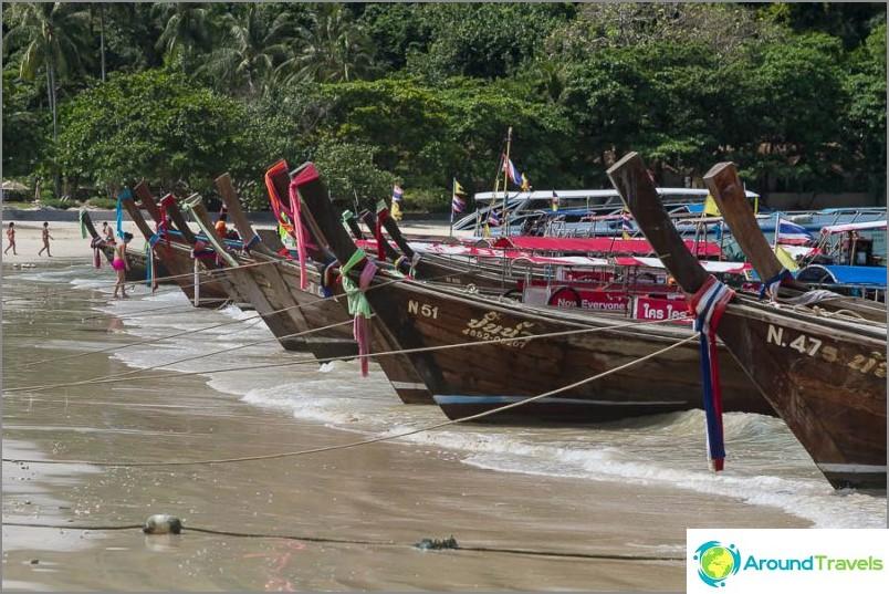 Типични лодки с дълги опашки