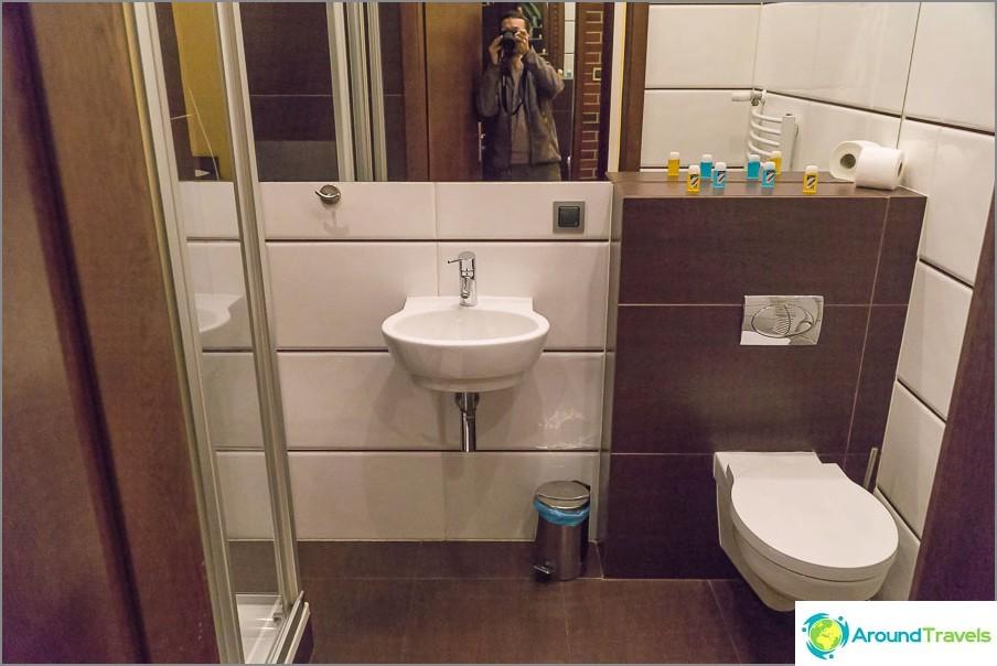Upea kylpyhuone suihkulla
