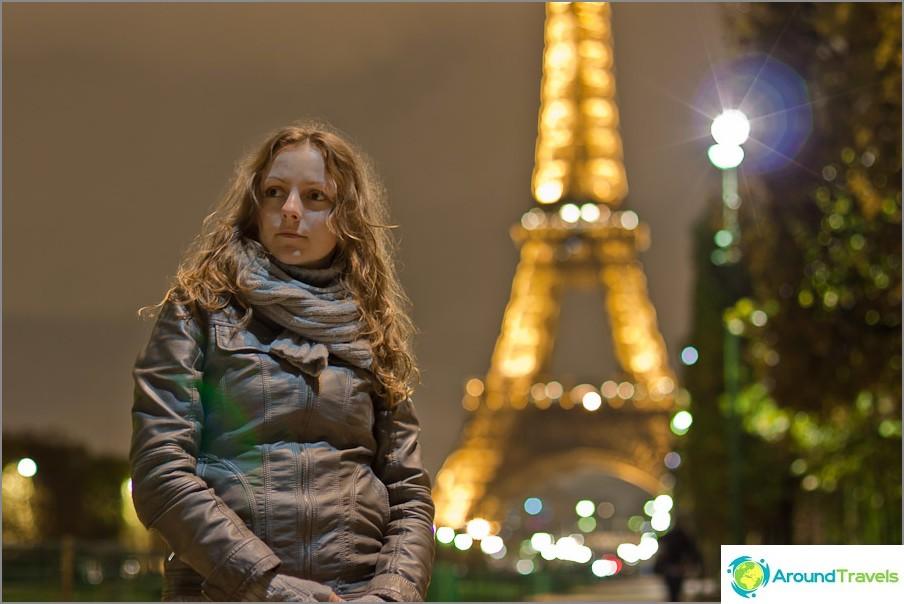 Eiffel-tornin taustalla