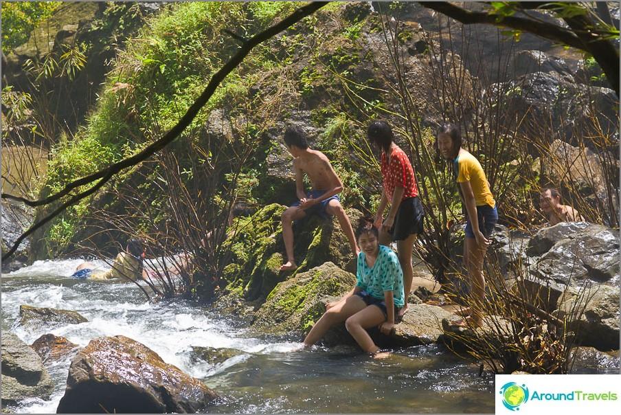 Ihmiset uivat ympäri jokea