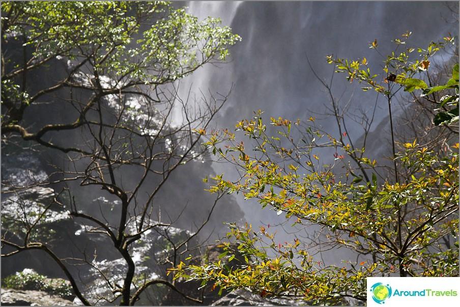Lähellä Klong Lan-vesiputous